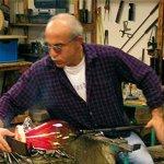 Meesterglasblazer Gerardo Cardinale aan het werk in de glasblazerij ...