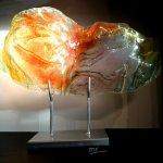 Het abstracte glaskunstwerk is optisch in elk licht anders, hier komt het zonnetje nog even om de hoek kijken
