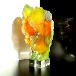 Modern glas in reliëf, waarbij doorkijkjes en licht voor prachtige reflecties zorgen op diverse achtergronden