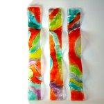 Glaskunst - raamhangers in uniek, mooi gekleurd glas in golvende vormgeving - HxB 60x8 cm elk € 79,95