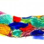 Kunst in uniek kleurrijk glas - schaal met gladde bovenzijde, onderzijde met reliëf - LxBxD 22x58x cm € 199,-