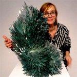 Glaskunstenares Monika Rubaniuk met een van haar imposante glaswerken ...