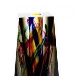 Detailfoto van het exclusief 10-zijdig geslepen glasobject van Ozzaro met veelvuldig kleurgebruik ...