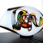 Het glaskunstwerk komt ook s'avonds op een ledverlichtingsplateau prachtig uit als lichtobject in het donker