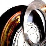 Moderne abstracte kunst voor de muur in metaal, fijn geborsteld rvs, met kleine verspringing in de ringen