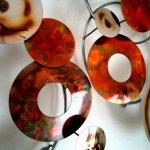 Het exclusief kunstwerk bestaat deels uit gevlamd koper, deels uit chroom wat bewerkt is met de vlam ...