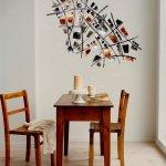 Moderne wanddecoratie van metaal als abstract design bij vintage meubilair ...