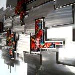 Kunstobject in geborsteld rvs ... ambachtelijk werk in abstracte vormgeving met glanzende kleurenvlakken er tussen in warme tinten ...