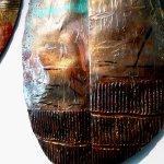 Ambachtelijke kunst voor de wand in metaal, handgeschilderd in warme kleuren, relaterend aan oude culturen