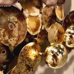 3d kunst aan de muur van metaal en koper, ... door verhitting zijn verkleuringen en grillige randjes verkregen ...