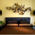 Deze exclusieve en abstracte wandkunst van metaal creëert een luxe hotelsuite sfeer door de grootte