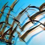 Moderne wandkunst in de vormgeving van abstracte metalen vogels in mat, geborsteld messing, tijdloos design van grote klasse