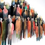 Close up van de grote mensenmassa ..., warm kleurgebruik met bronstinten en donkere schaduwwerking ...