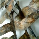 Close-up van handbeschilderd wandobject Gathering in natuurlijk kleurgebruik met rustig ton-sur-ton effect ...