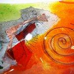 Moderne kunst - glasfusing schaal met koperdraad, netwerkjes en andere stukjes gekleurd glas van Eratini
