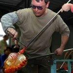Olivier Mallemouche aan het werk in de glasblazerij ...