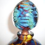 Prachtige glaskunst ... alleen al de sierknop van het glasobject is fascinerend om te zien qua kleurgebruik ...