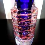 3D mondgeblazen glasobject ... close-up van de moderne glasvaas ... met mooi lijnenspel en druppels ...