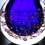 Moderne 3d glaskunst ... close-up van de ovale vaas met rood lijnenspel en druppels geheel rondom ...
