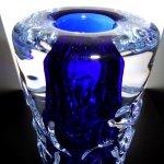 Glaskunstwerk in ambachtelijk glas ... close-up van de prachtige zware reliëfvaas in hoge kwaliteit kristalglas