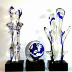 Mondgeblazen glasobjecten 'Planet Earth (H 20 cm) 'Trees of Life' (H 40 cm) á € 199,- set € 597,- nu € 497,-